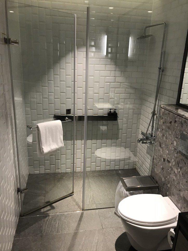 空間上非常寬敞,要說有什麼缺點,大概就是沐浴備品吧,洗完明顯可以感覺的偏乾,所以...