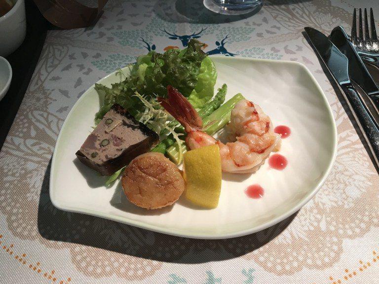前菜是鳳尾鮮蝦、凱郡香料干貝跟橙香鴨肉派。蝦子有甜味,搭配Cajun干貝,個頭大...
