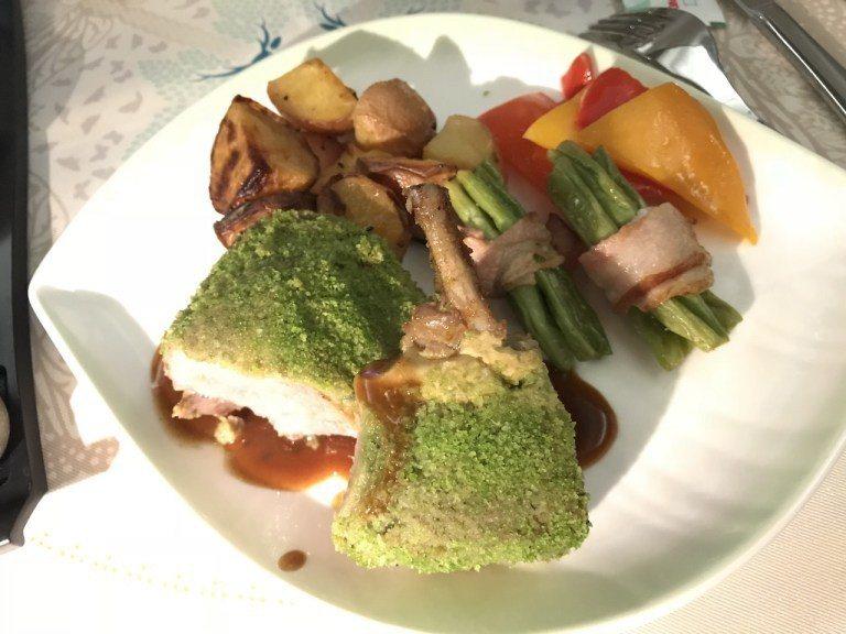 老婆大人這道-檸香烘羊排佐迷迭香香草醬佐鮮蔬集錦及洋芋,已經是長榮航空餐點的經典...