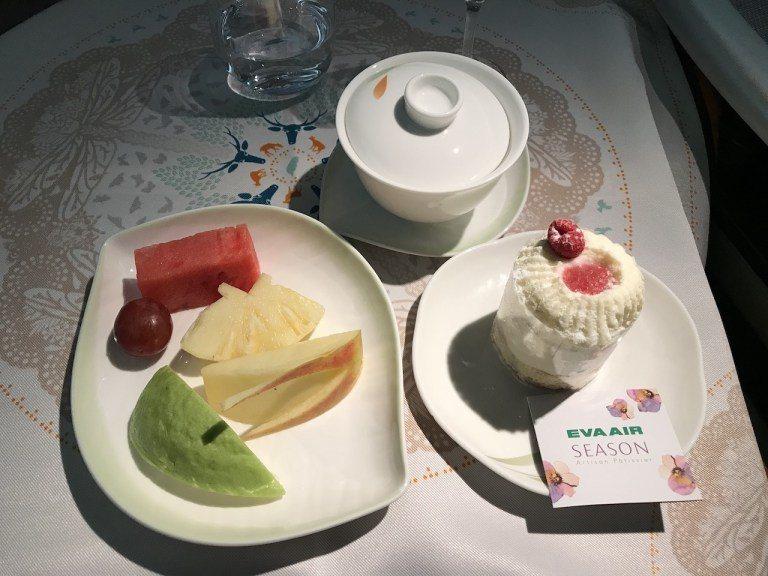 飯後水果搭配上烏龍茶就是對味,蛋糕是跟甜點名店Season合作推出的白色山丘蛋糕...