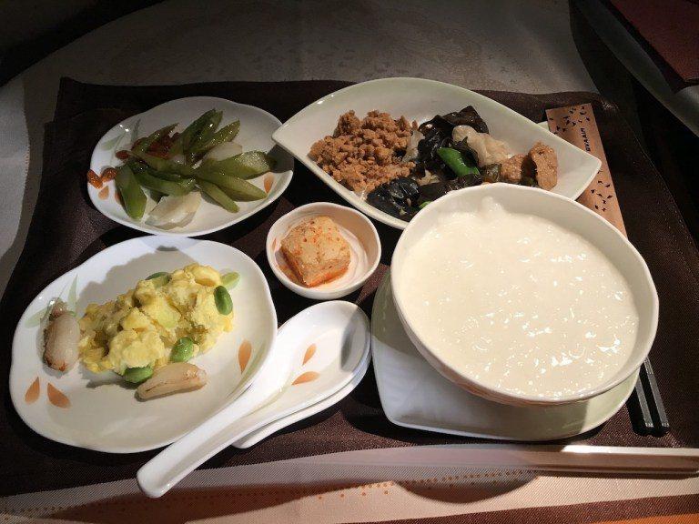 一樣來個清粥小菜,蟹鉗毛蛋炒蛋、清炒蘆筍枸杞百合、風味小菜,下飛機時開始要被美國...
