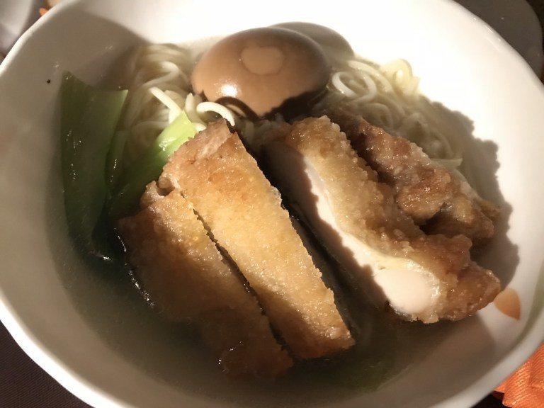 老婆大人點的香酥雞排湯麵,其實雞排有調味,意外的不難吃 圖文來自於:TripPl...