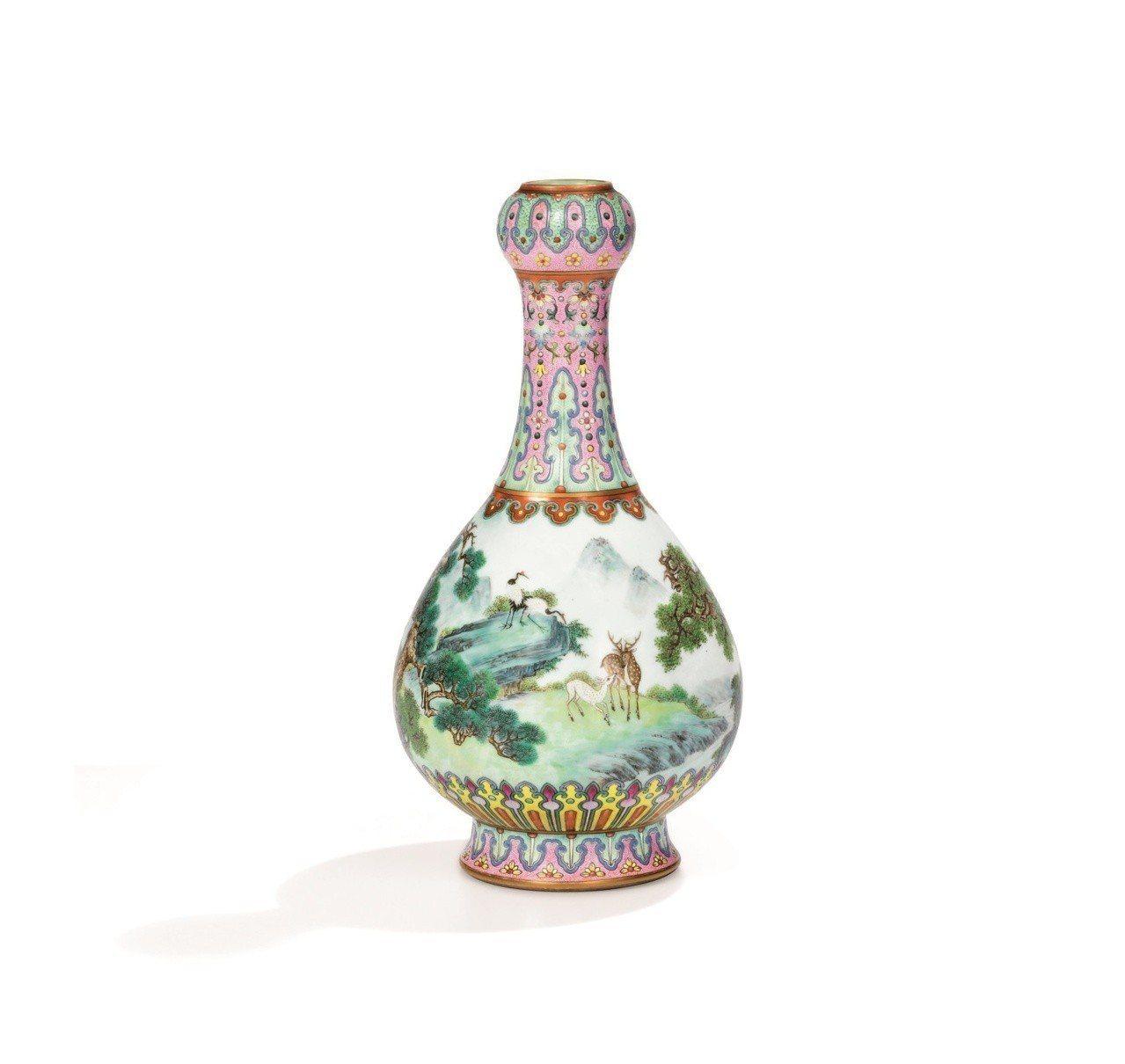 清瓷「清乾隆宮粉地洋彩鶴鹿同春如意瓶」拍出台幣5.6億天價。圖/蘇富比提供