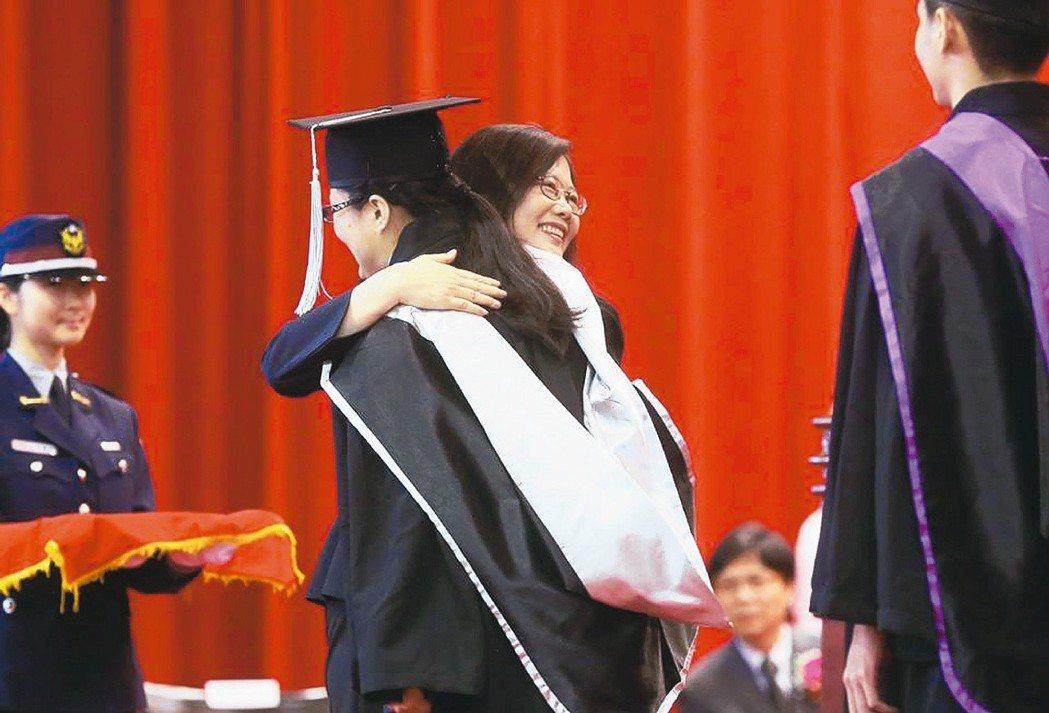 蔡英文今出席警大畢業典禮 還會有「愛的抱抱」?