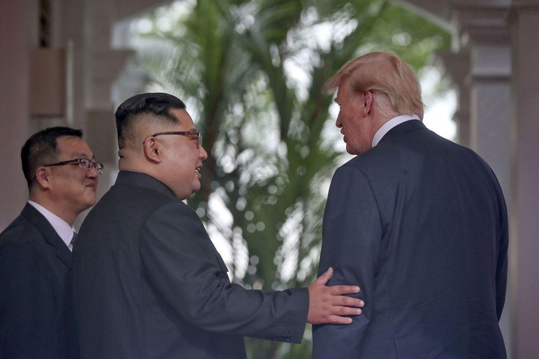 川普才結束川金會,回程在總統專機上就表明準備對付中國。 美聯社
