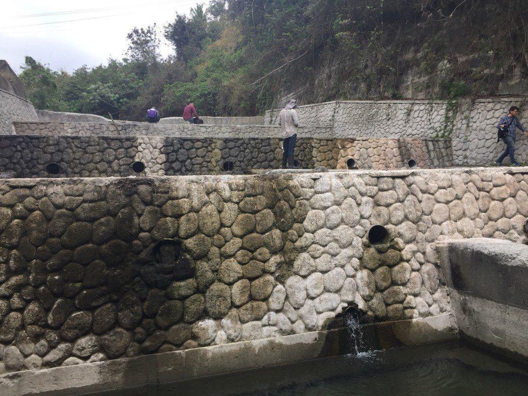 人為構造物對生物生死的影響,正在台灣各溪流上演,圖為台東的野溪整治後的情況。 記...