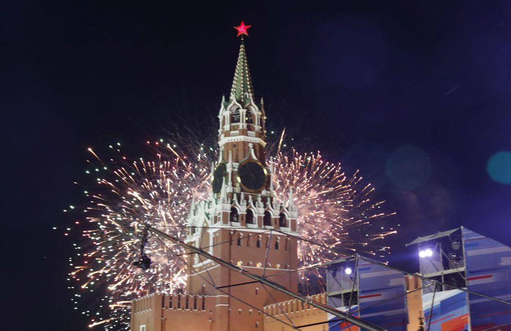 為迎接世足賽,主辦國俄羅斯首都莫斯科紅場燃起煙火。 歐新社