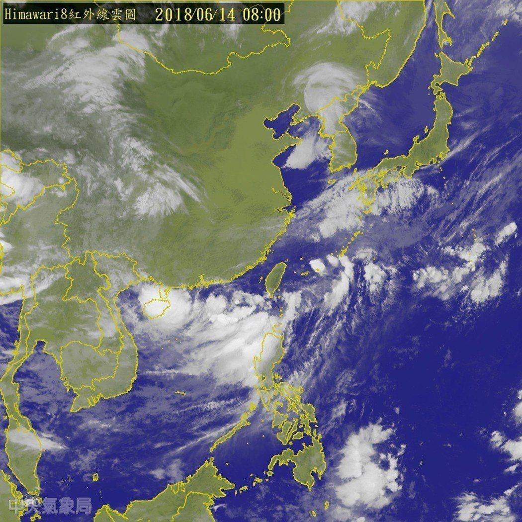 熱帶性低氣壓在鵝鑾鼻西南西方300公里的海面上,向東北東移動,時速15公里。圖/...