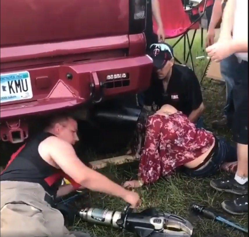 美國明尼蘇達州一名少女參加「溫斯托克音樂節」,頭部卡進一台卡車的大排氣管中。取自...