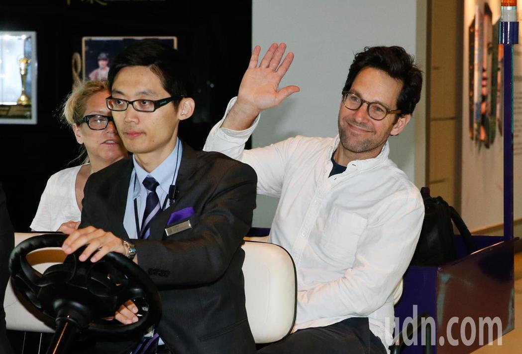 好萊塢男星「蟻人」保羅洛德(Paul Rudd)上午離台,他一見到守候的媒體就主...