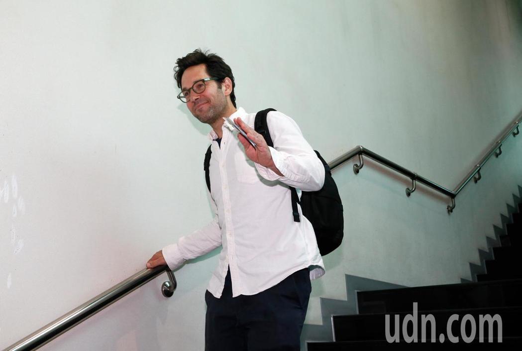 好萊塢男星「蟻人」保羅洛德(Paul Rudd)上午離台, 他親切地揮手表示,望...