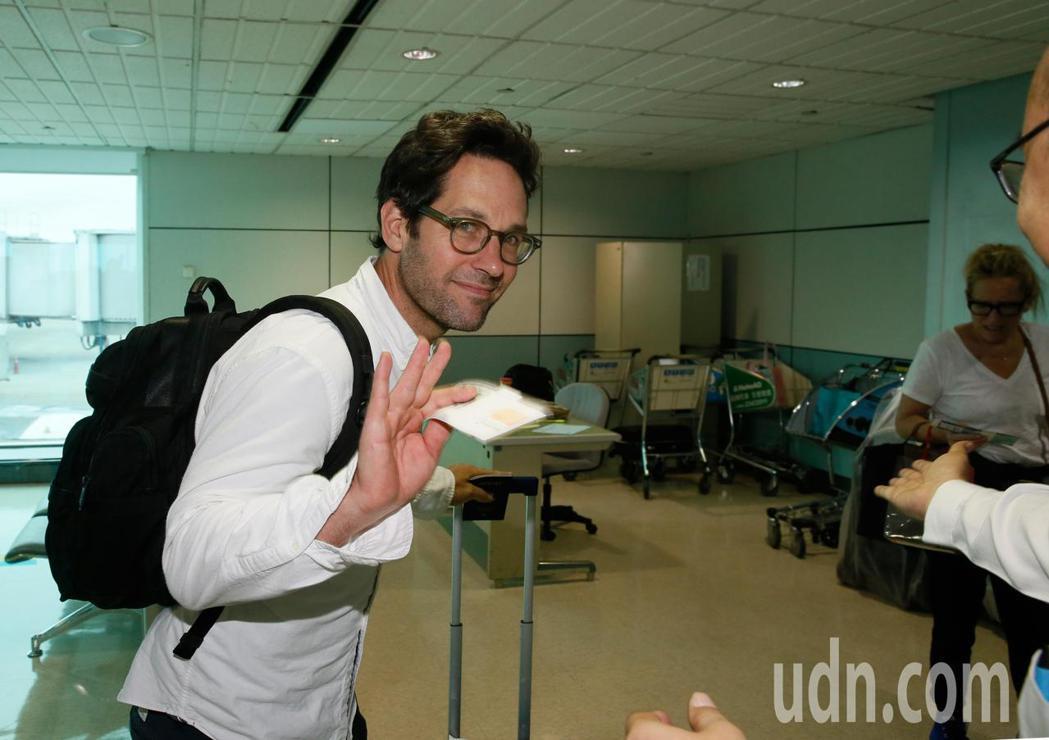 好萊塢男星「蟻人」保羅洛德(Paul Rudd)上午離台,登機不忘揮手向媒體及地...