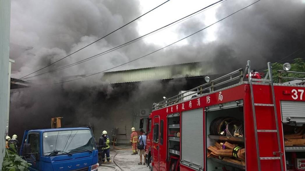 新北市土城區大安路豆腐工廠今天上午9時許發生火警。記者袁志豪/翻攝