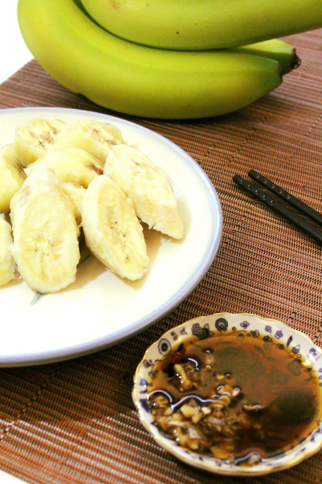 黃婉玲示範水煮香蕉蘸醬油吃法。圖/取自黃婉玲烹飪教室粉絲頁