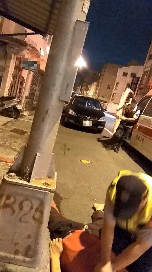 高市鳳山分局南成所員警葉俊吉經消防人員指示後,救護車抵達前,趕緊對路倒男子CPR...