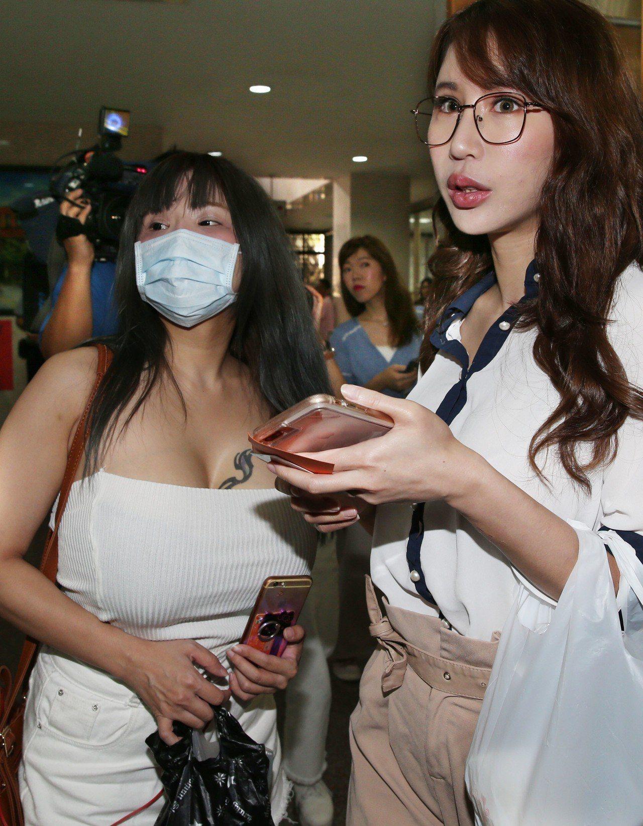 辛尤里(戴眼鏡者)今天為控告網友公然侮辱出庭,她的女性友人(戴口罩者)穿著更吸睛...