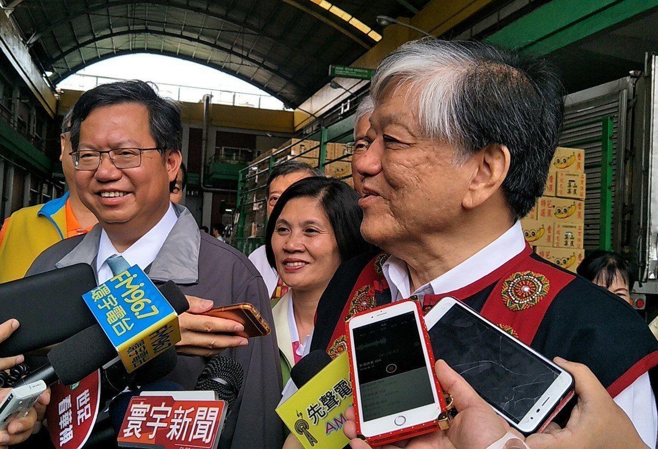 義美食品總經理高志明(右)採購香蕉「力挺台灣農民」受訪,桃園市長鄭文燦(左)加入...