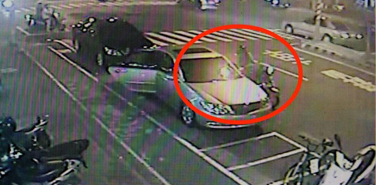 蔡小姐當時下車後,將皮包遺落在車門爬,被路過的一對摩托車雙載情侶檔撿走。記者劉星...