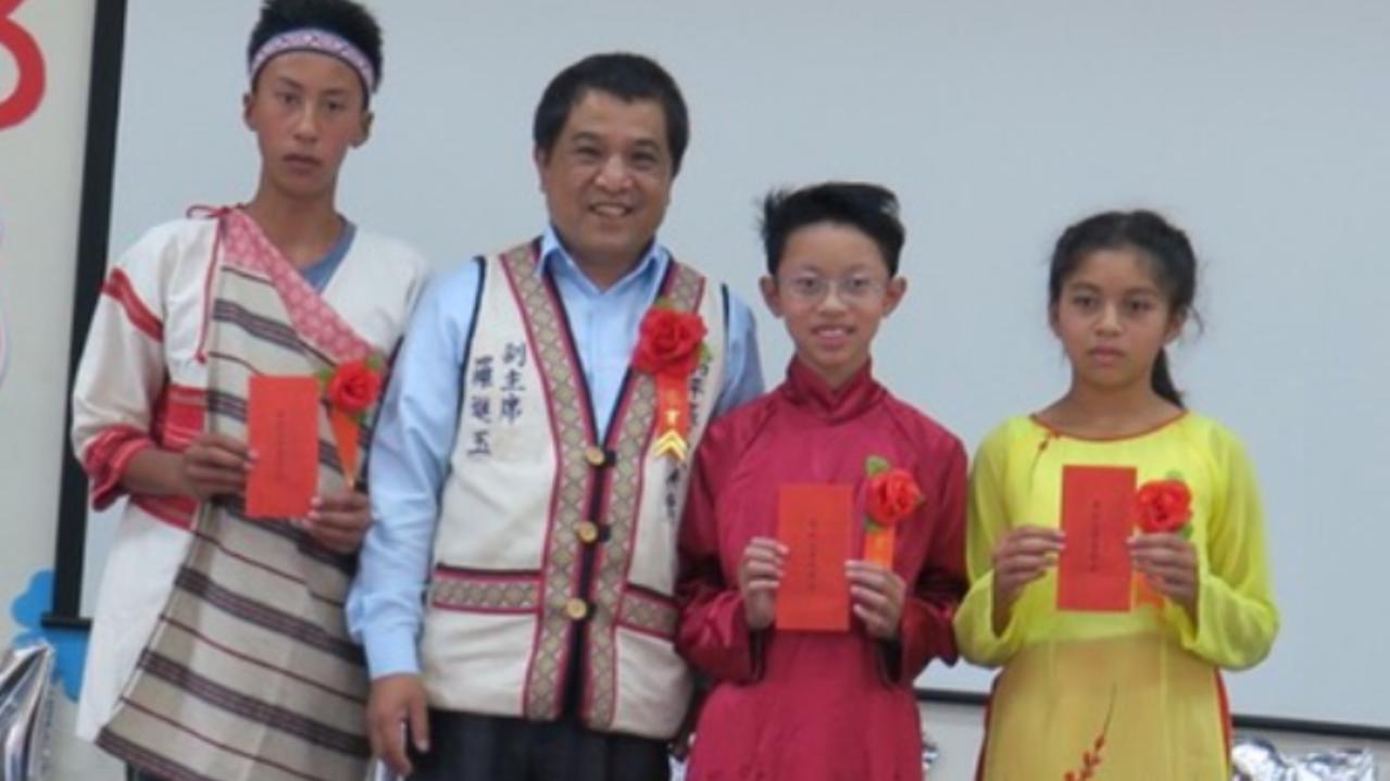 和平區代表會副主席羅進玉(左二)致詞,叮嚀山上的孩子要快樂學習,培養良好生活習慣...