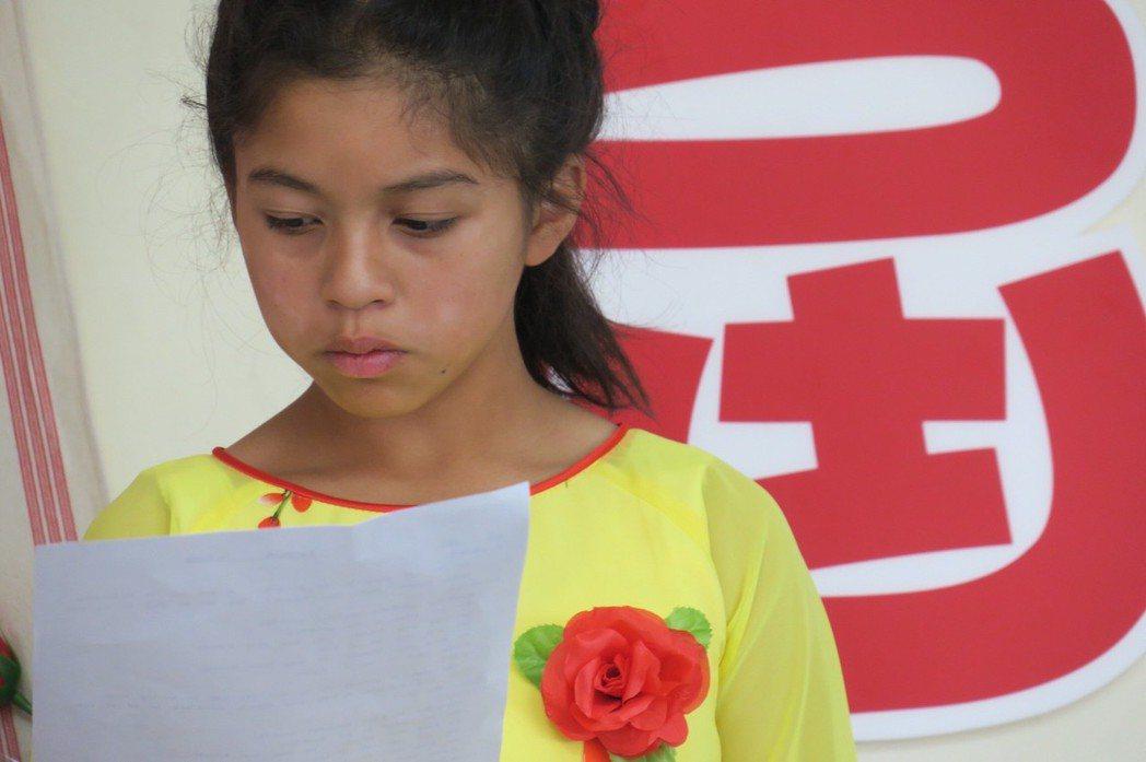 平等國小學生把畢業典禮當成大事,穿傳統服裝出席。圖/家長提供