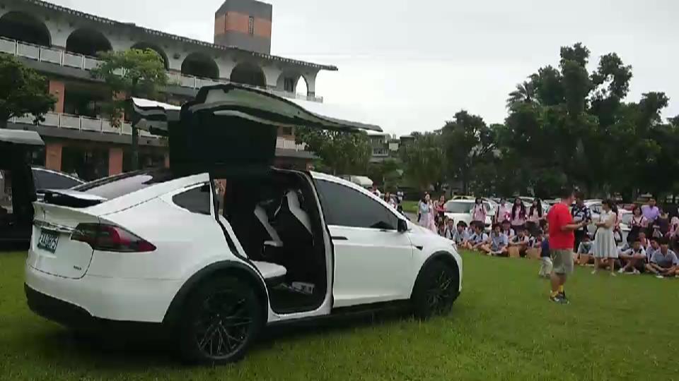 宜蘭縣礁溪國中今天畢業典禮,最特別的是,總值超過4千萬元的8輛名車前導,引領畢業...