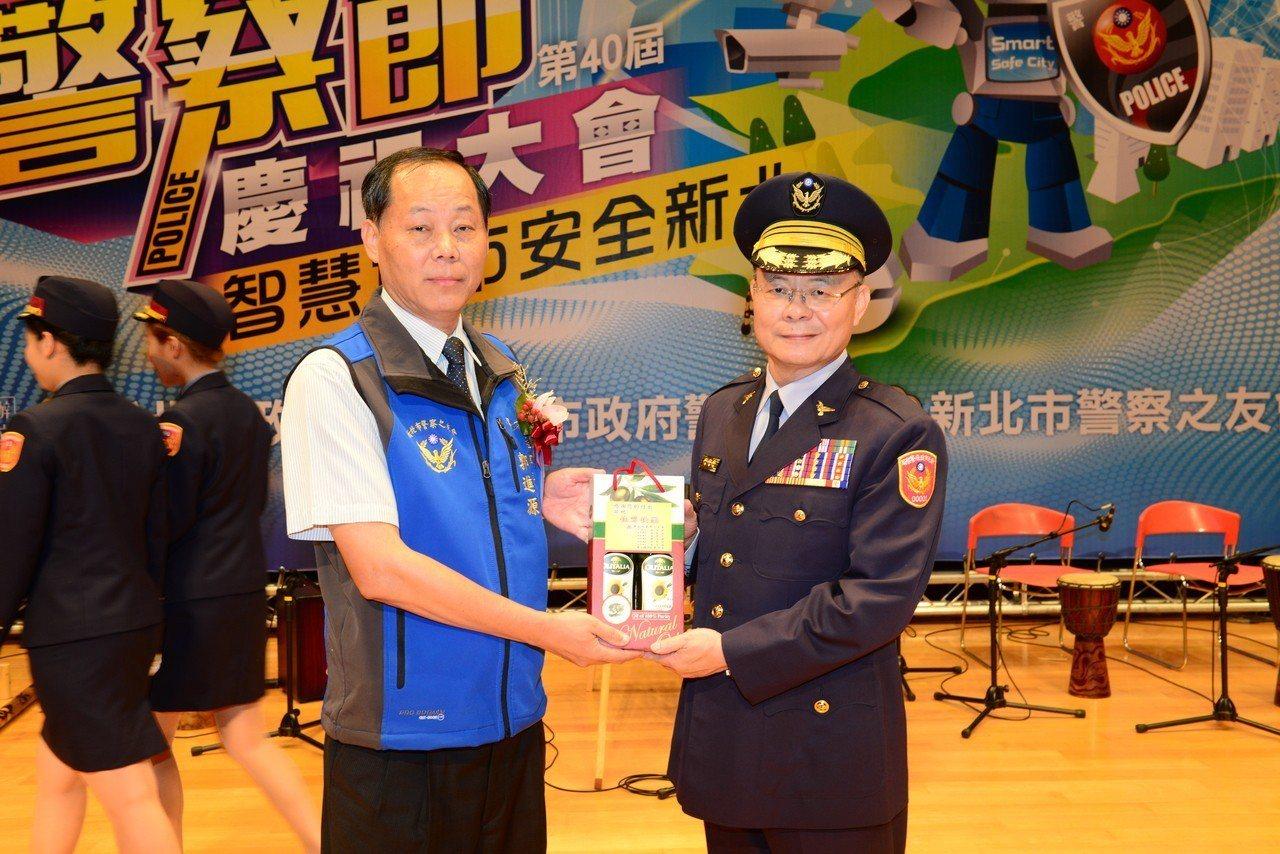 新北市警察之友會郭進源與警察局長胡木源。記者袁志豪/翻攝