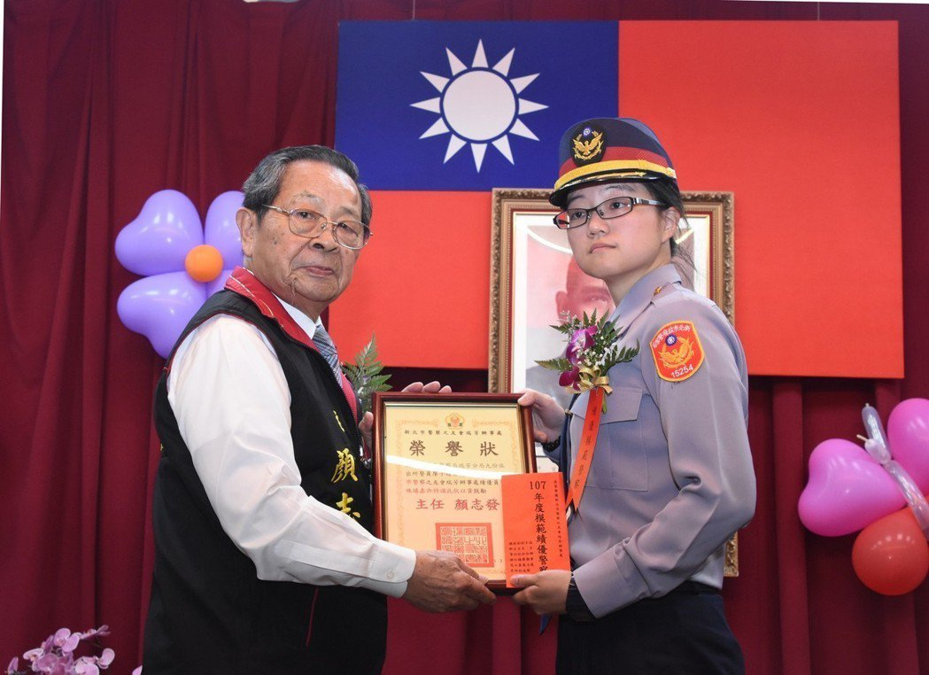 九份移蛇超英勇女警廖子晴,今天受表揚。圖/瑞芳警分局提供