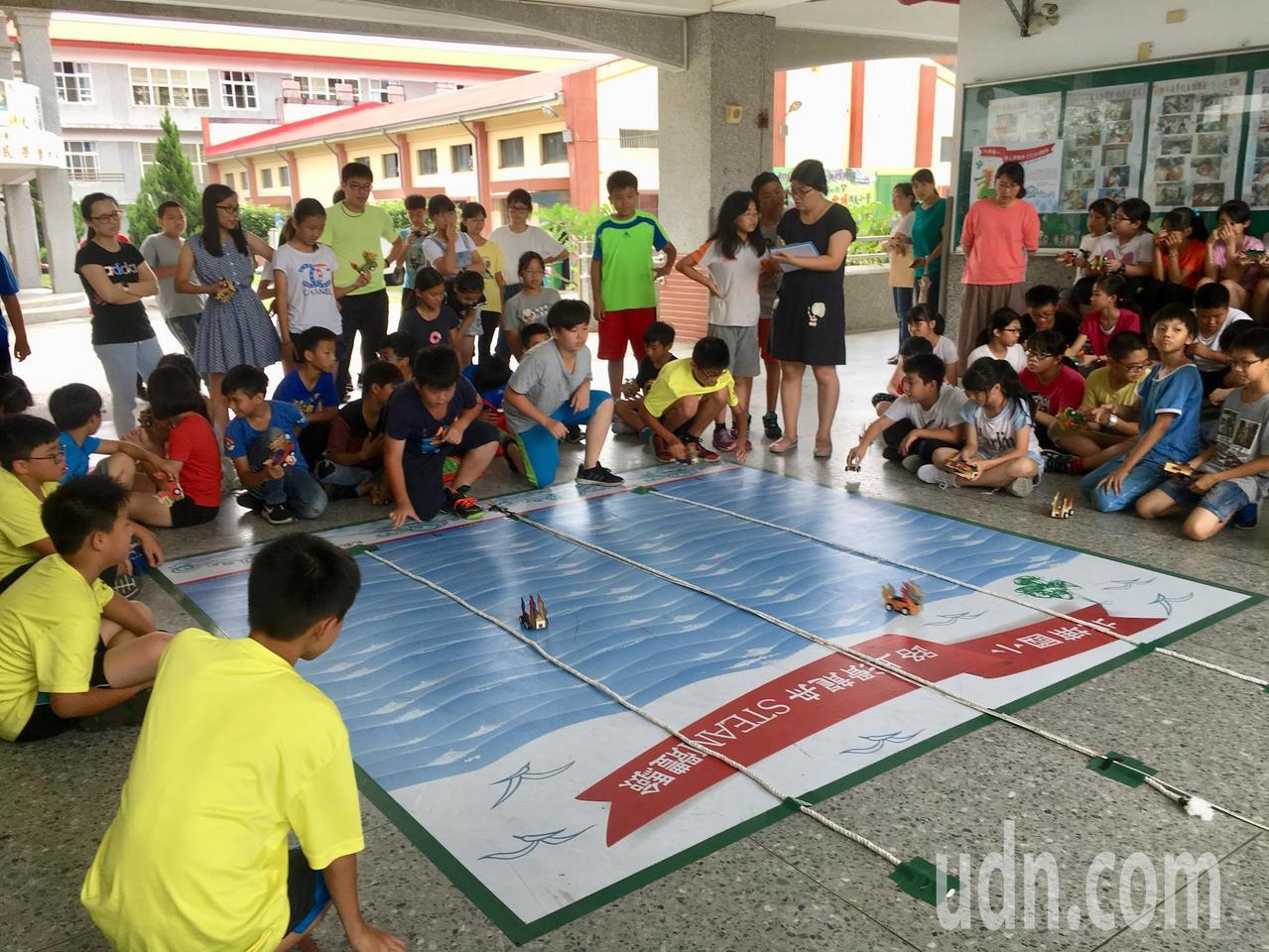 今天北埔國小舉辦第一屆「路上滑龍舟STEAM體驗賽」,參賽的小朋友專注的滑龍舟,...