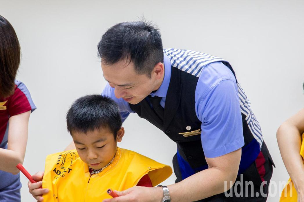 華航機組人員帶領小朋友穿著救生衣。記者蔡翼謙/攝影