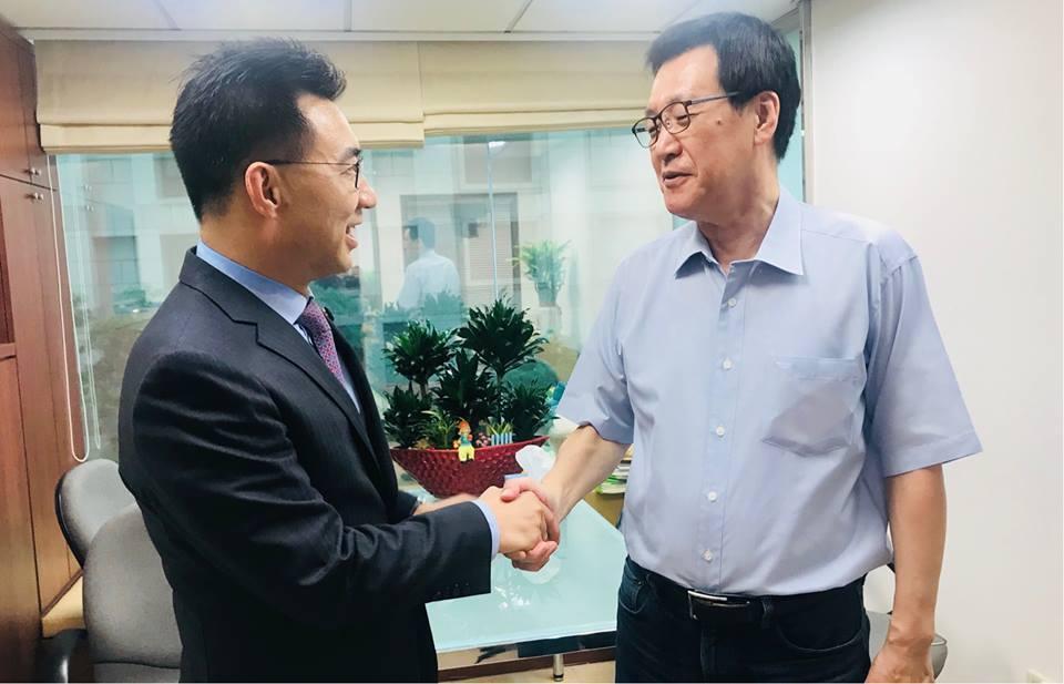 江啟臣在總召選舉後前往費鴻泰辦公室請益,並表示,未來在黨團與政策會運作的經驗上,...