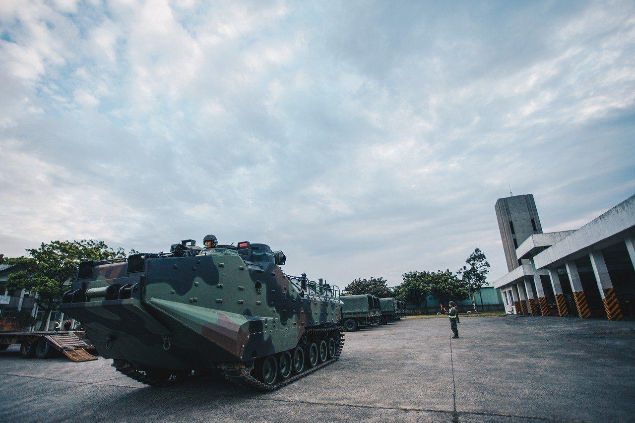 海軍陸戰隊AAV-7兩棲突擊車預置桃園下湖西營區。國防部提供