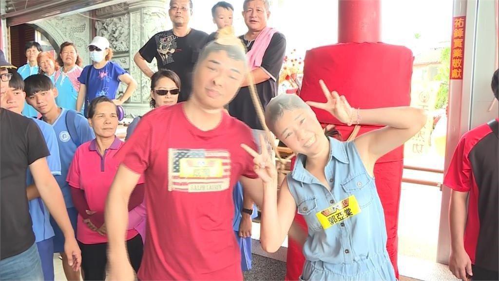 成潤(左)和郭亞棠為節目套絲襪扮醜。圖/民視提供