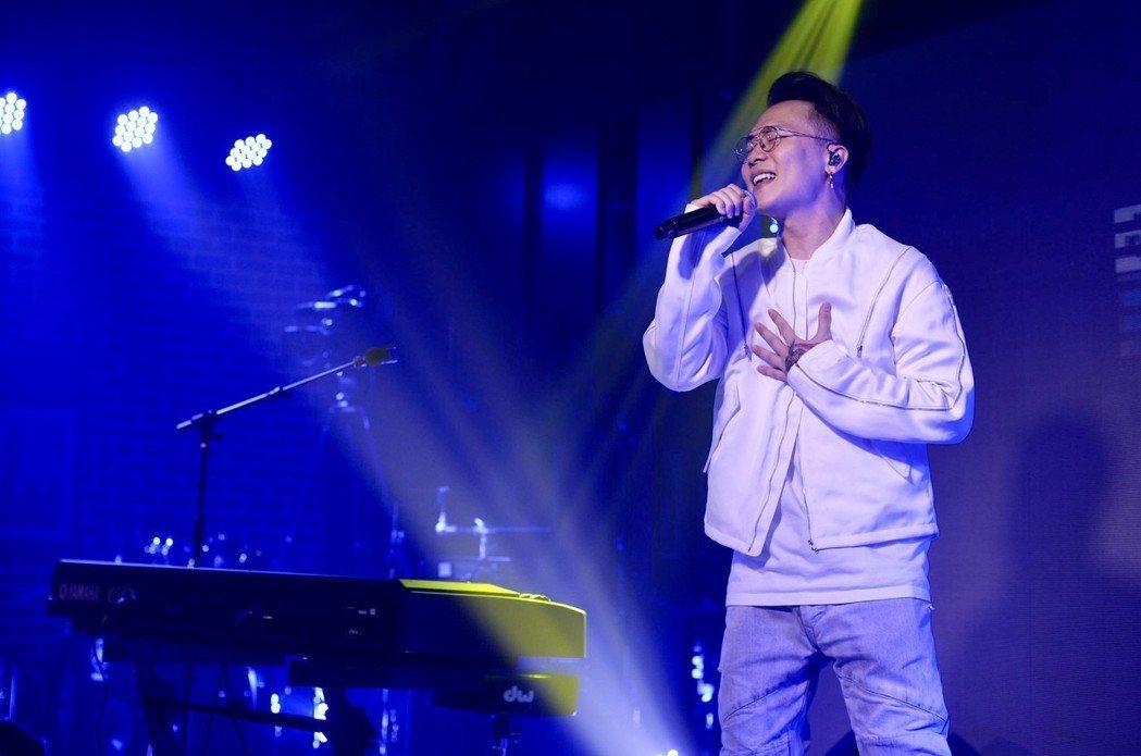 蕭秉治13日在成都咪咕咖啡舉辦「凡人」專輯作品分享會。圖/相信音樂提供
