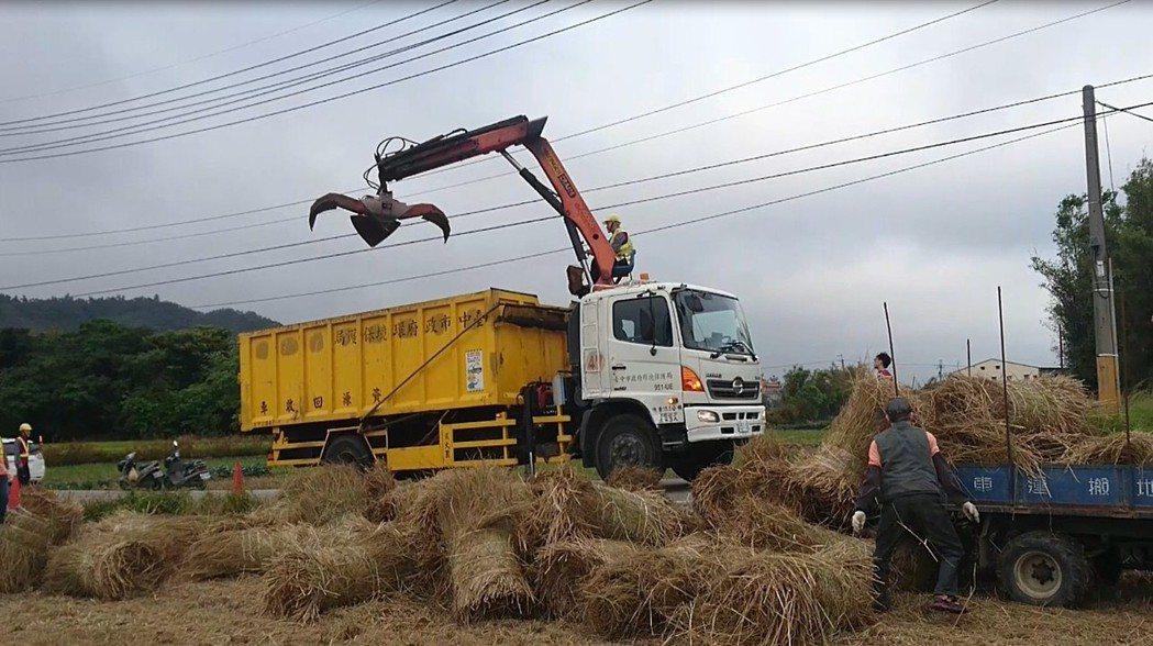台中市環保局估計,每公噸稻稈發電量約500度電,售電收入每噸約2000元,每公噸...