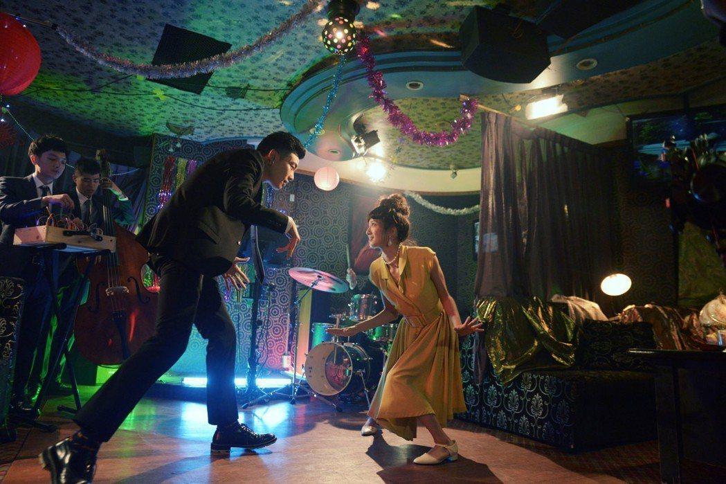 主唱柯家洋(左)和女主角跳起雙人舞。圖/如此有限公司提供