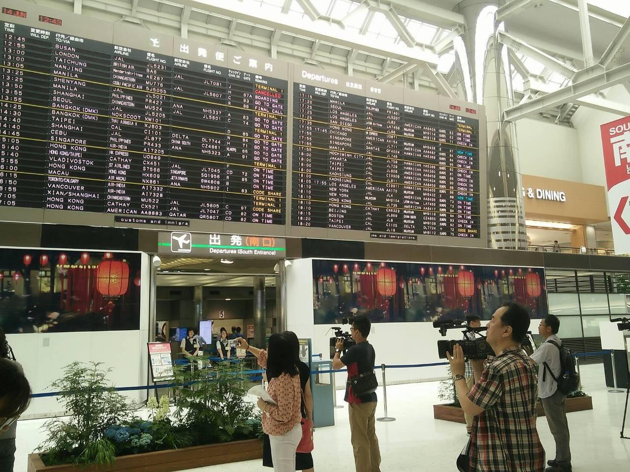 在日本成田機場出境大廳電視牆上,每10分鐘播放花博宣傳影片,吸引日人規畫來台旅遊...