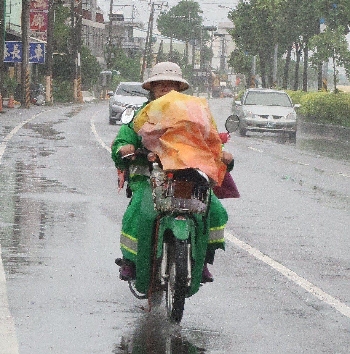 下雨天,各地郵差照樣出門送信。記者翁禎霞/攝影
