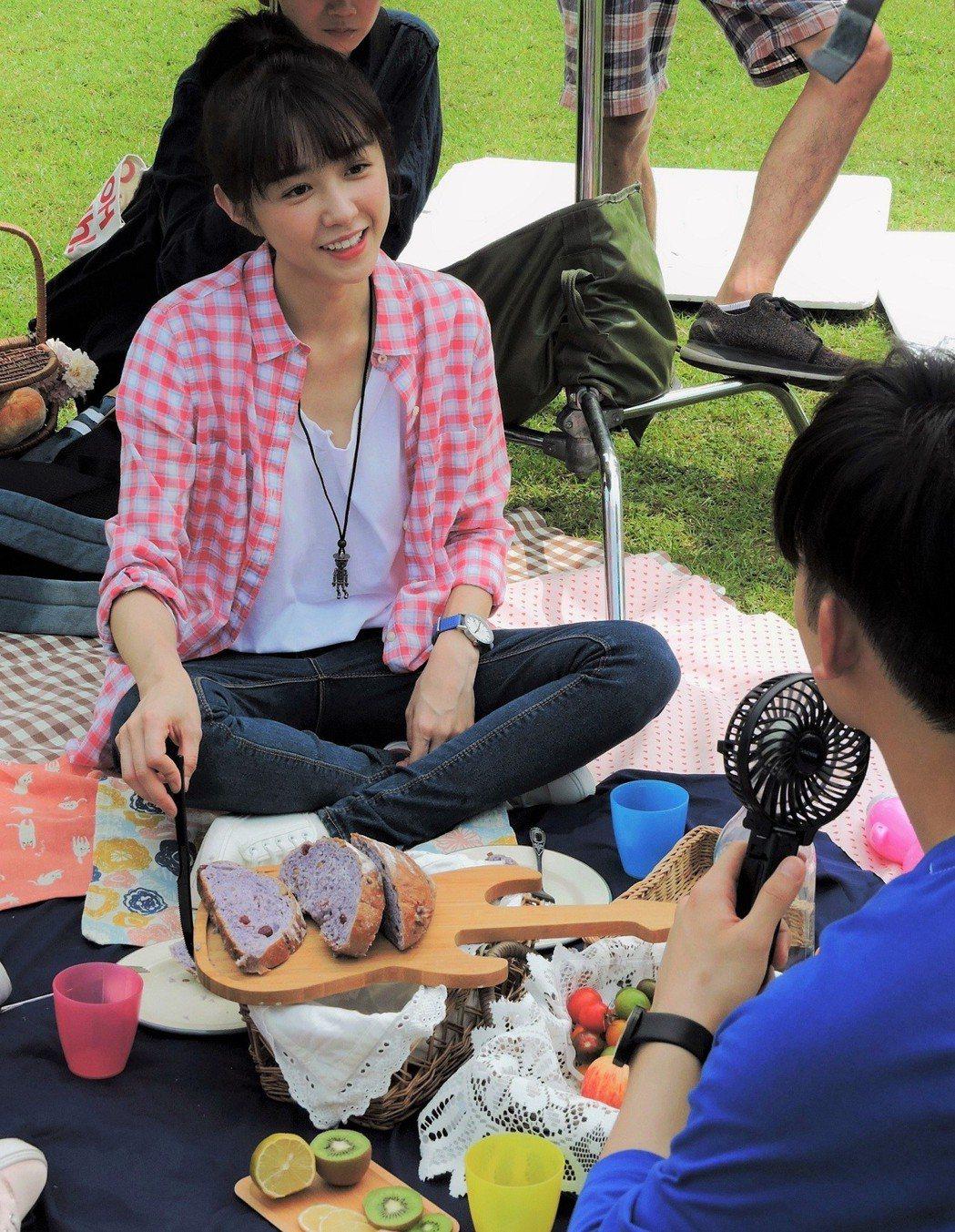 邵雨薇拍野餐戲直呼新鮮。圖/東森提供