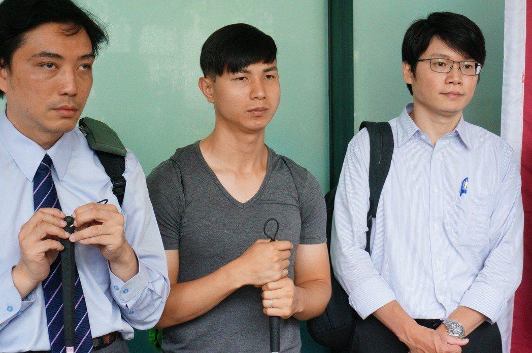 陳敬鎧(中)表示謝謝檢察官給予機會。記者林伯驊/攝影