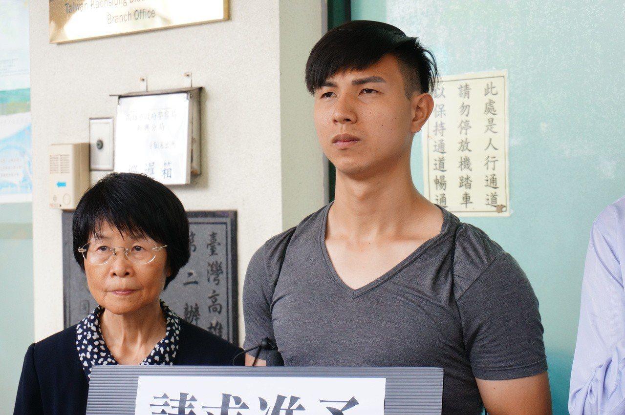 涉嫌裝瞎詐領金的陳敬鎧(右)被判刑確定。記者林伯驊/攝影