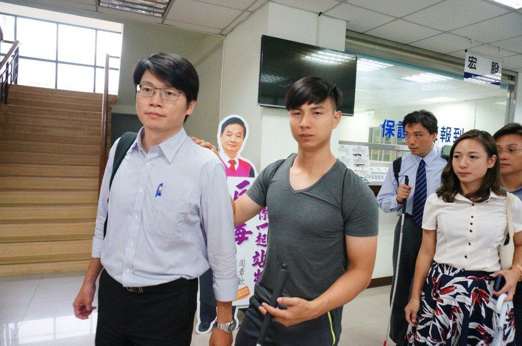 陳敬鎧(前右二)今獲裁定1年2月徒刑暫緩執行。記者林伯驊/攝影