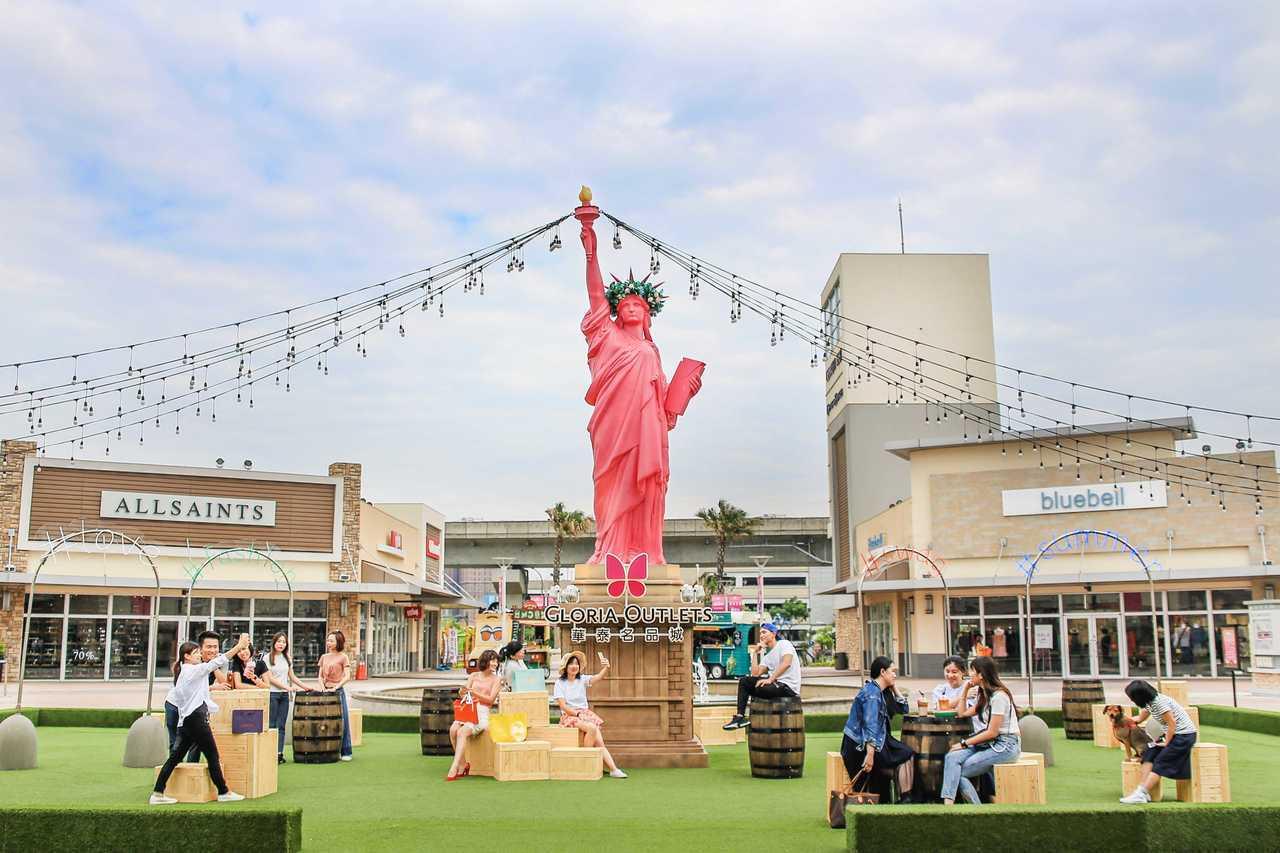 第二廣場則是吹起「時尚紐約風」,霓虹造景與自由女神造景相輝映。圖/華泰名品城提供