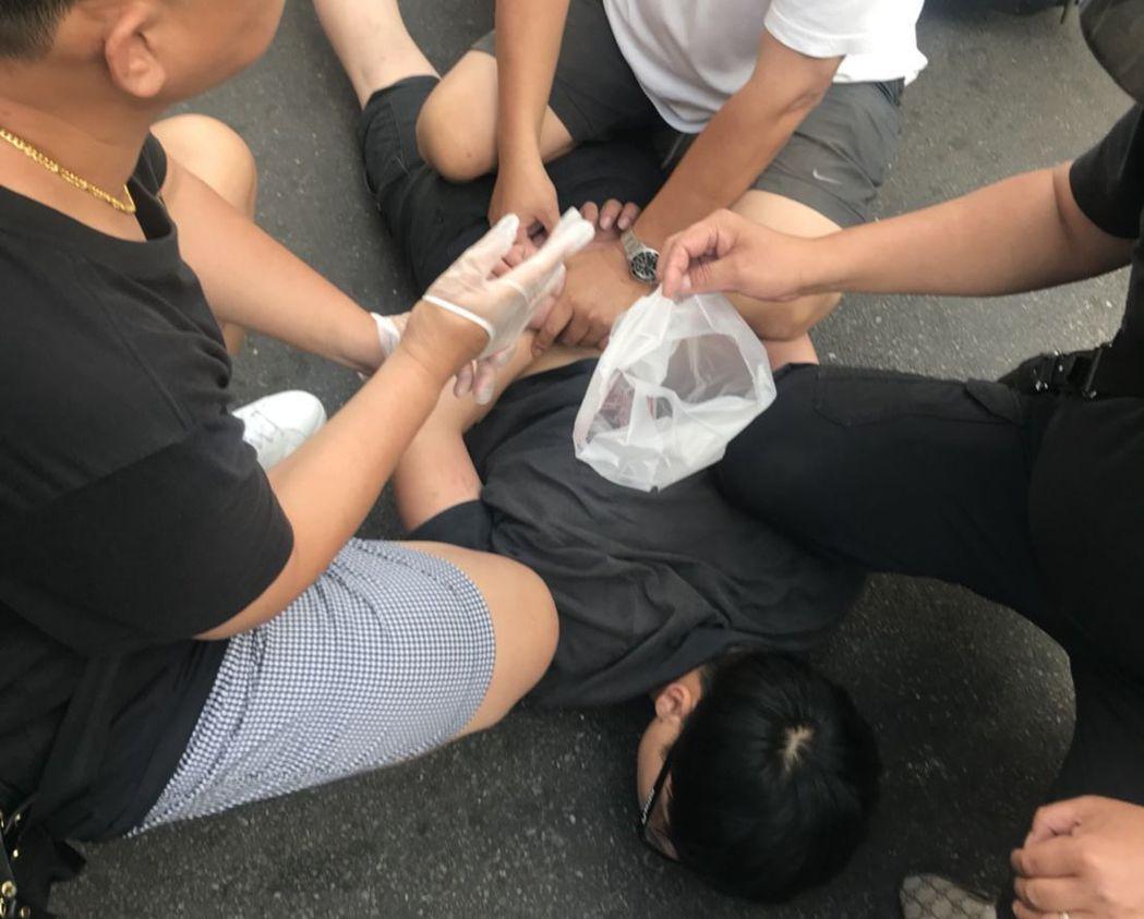 陳男假檢察官身分遭識破,被警方壓制逮捕。記者江孟謙/翻攝