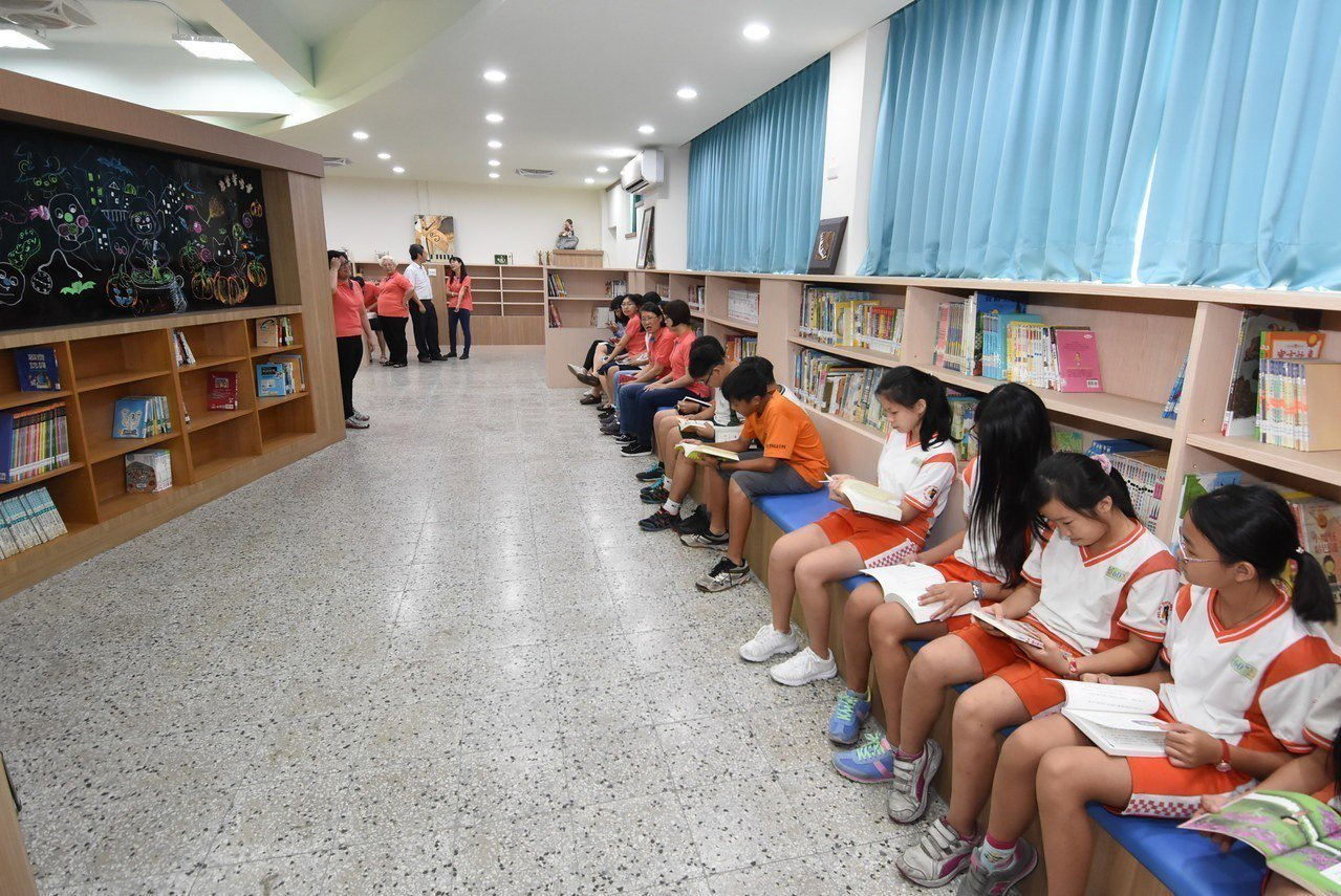 彰化市忠孝國小新修建的聰慧圖書館,今天落成啟用。照片/彰化縣政府提供