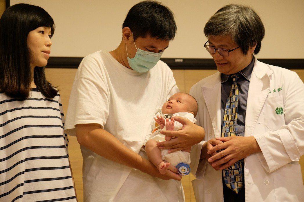 鐘姓女子(左)懷孕時劇烈疼痛,才發現有子宮肌瘤,所幸經達文西手術切除後,順利生下...