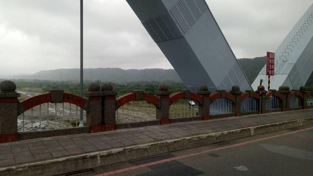 桃園市大溪區一名28歲蘇姓男子疑工作壓力大,今日上午墜橋身亡。圖/警方提供