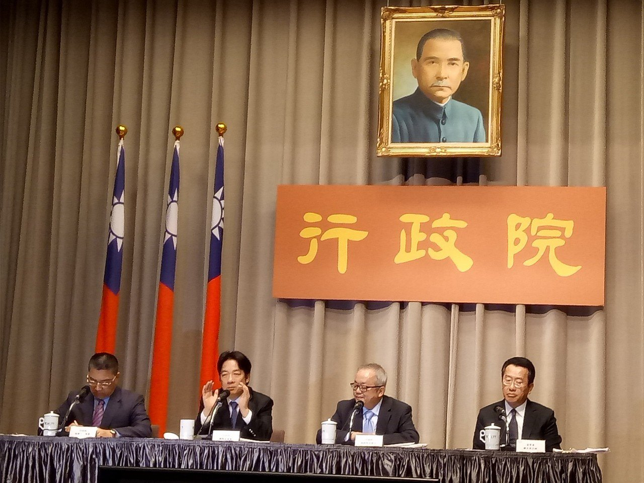 行政院今天提出「金融發展行動方案」,行政院長賴清德(左二)、副院長施俊吉(右二)...