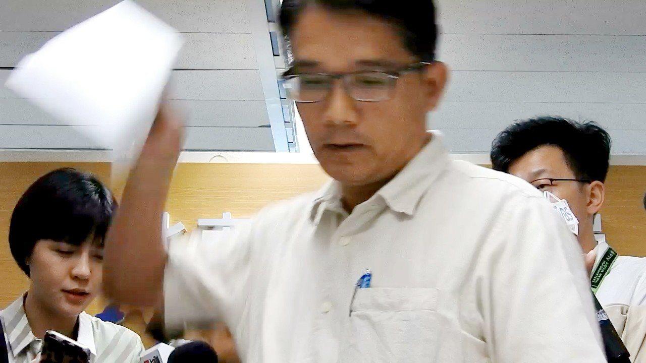 新北市副秘書長邱敬斌被指關說,今回應時還動怒摔起桌上的紙。記者祁容玉/攝影