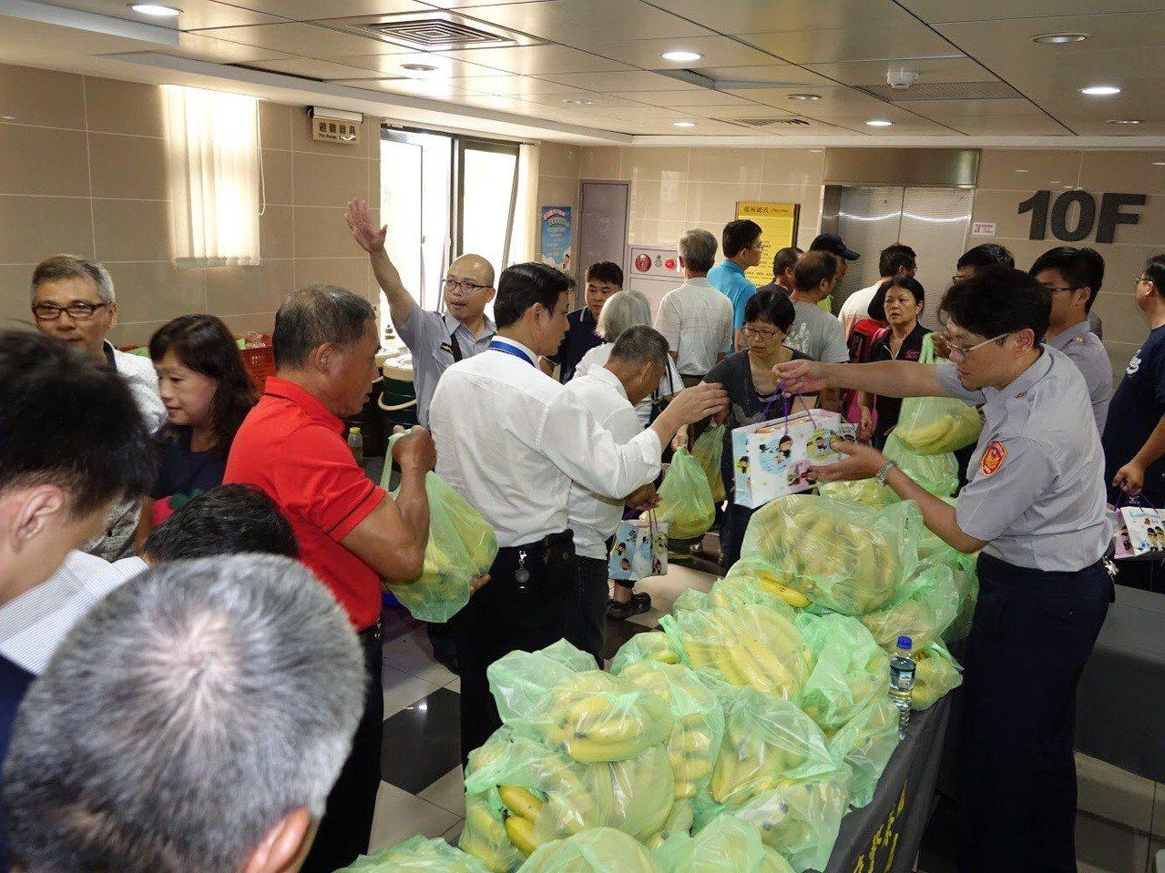 台北市內湖警分局舉行社區治安會議,因應香蕉產量過剩,請與會者吃香蕉幫助蕉農。圖/...
