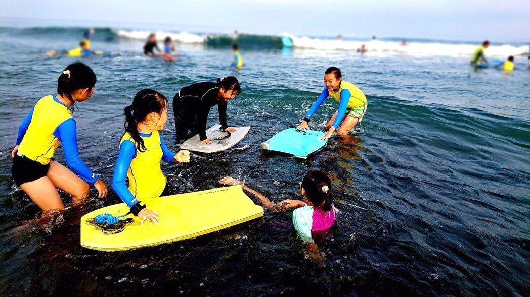 宜蘭縣頭城鎮大溪國小是全台少數開設衝浪課程的小學,缺乏經費換新設備,羅東博愛醫院...